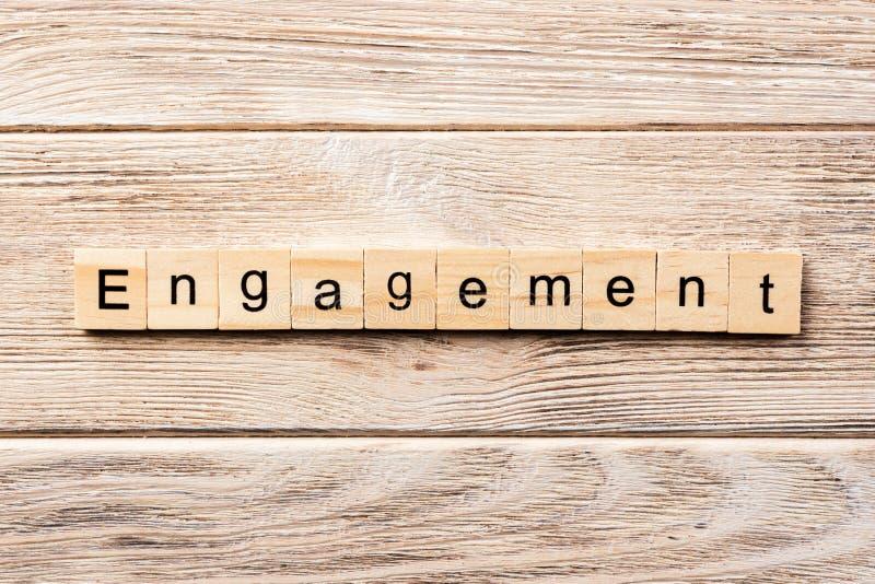 Mot d'engagement écrit sur le bloc en bois texte d'engagement sur la table, concept photo stock