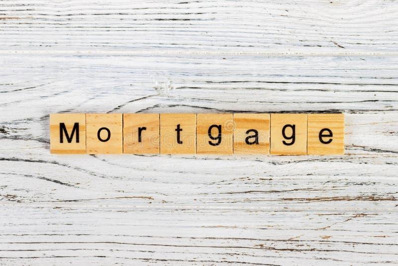 Mot d'HYPOTHÈQUE fait avec le concept en bois de blocs photos stock