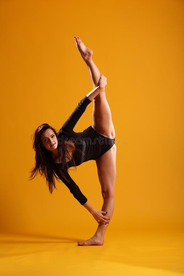 mot dans posera yellow för sidosplitskvinnan royaltyfri foto