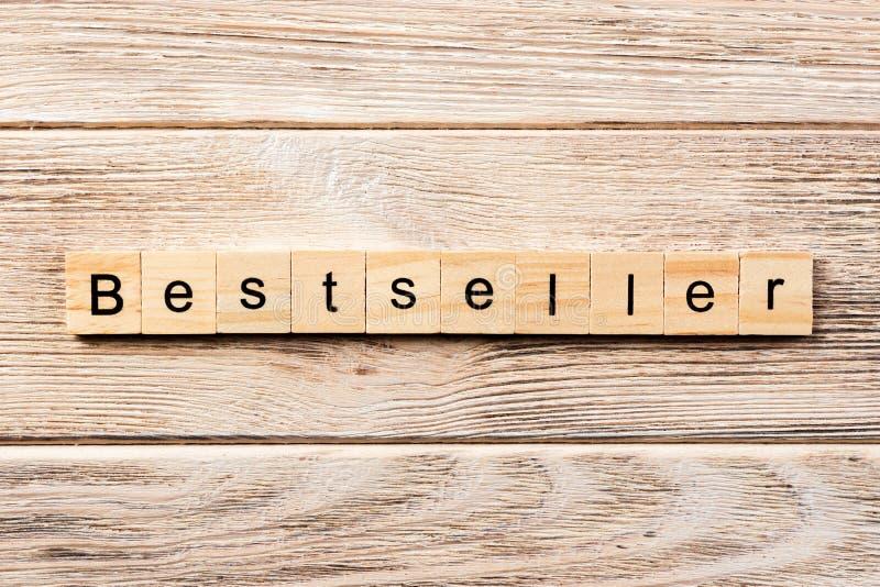 Mot de best-seller écrit sur le bloc en bois texte de best-seller sur la table, concept images libres de droits