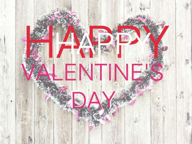 Mot de dactylographie jour de valentines heureux et décoration d'arc-en-ciel avec la vieille feuille en bois à l'arrière-plan photo stock