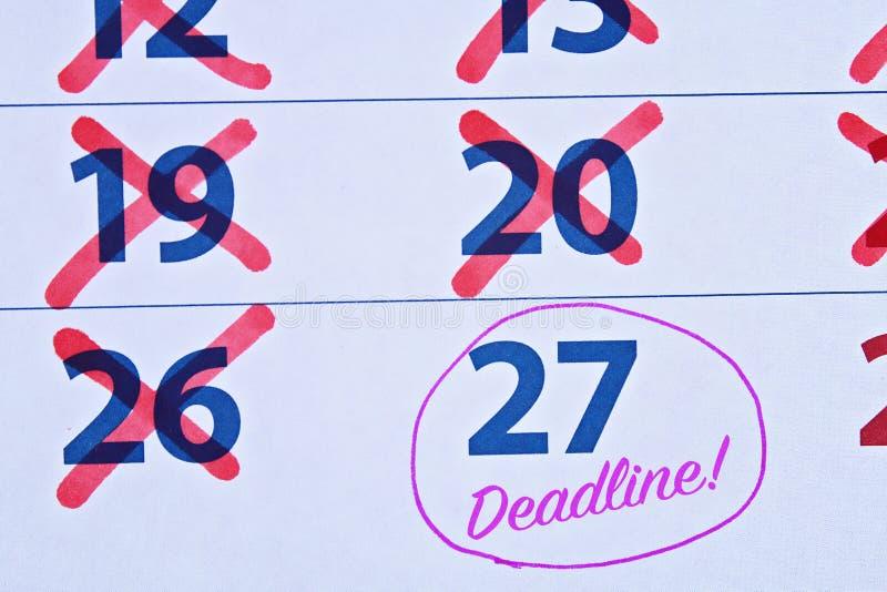 Mot de date-butoir ?crit sur le calendrier temporisation Mettant des choses jusqu'à plus tard photos libres de droits