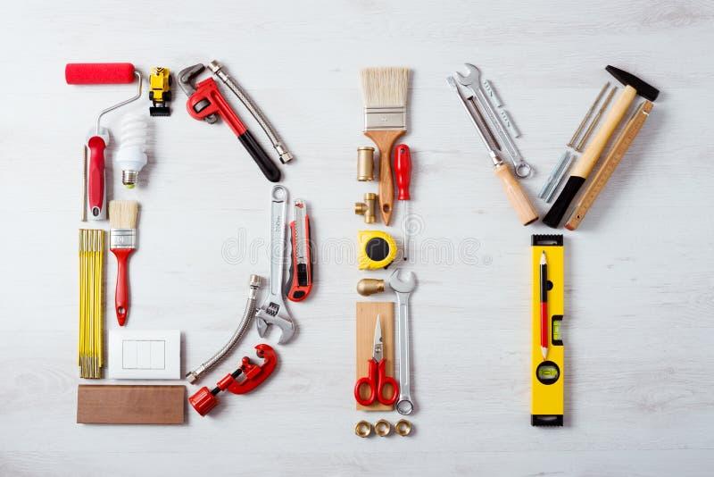 Mot de DIY composé d'outils de travail photographie stock