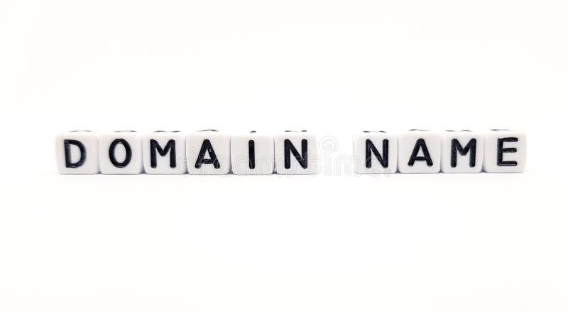 mot de Domain Name ?tabli avec les cubes blancs et les lettres noires sur le fond blanc photos stock