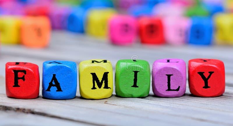 Mot de famille sur la table en bois images libres de droits