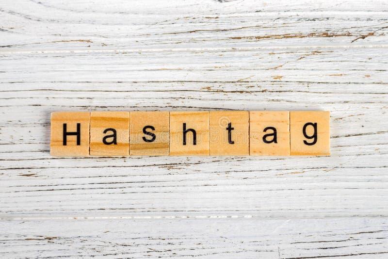 Mot de HASHTAG fait avec le concept en bois de blocs images libres de droits