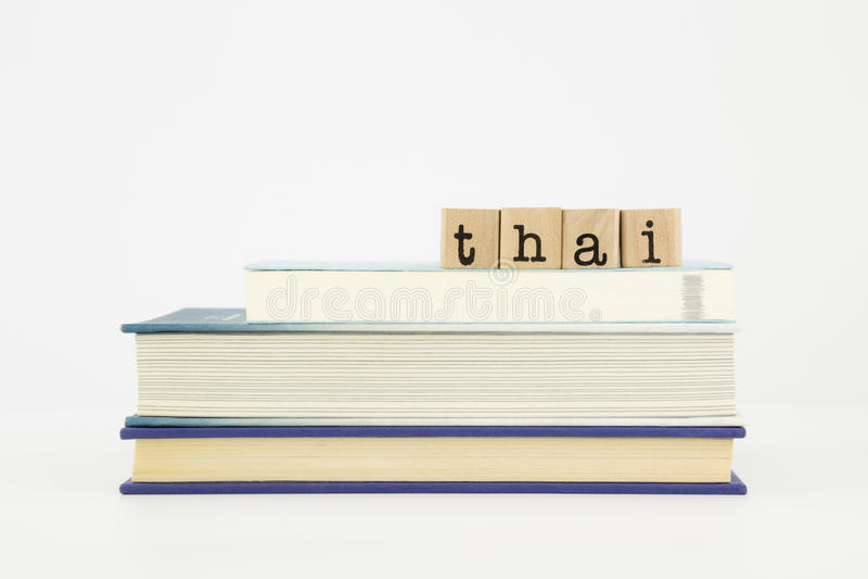 Mot de langue thaïlandaise sur des timbres et des livres en bois image libre de droits