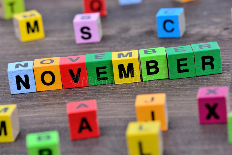Mot de novembre sur la table photos libres de droits