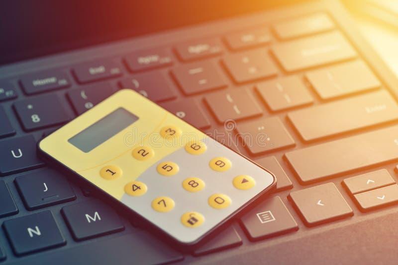 Mot de passe sûr ancien, marque d'opérations bancaires d'Internet Fermez-vous des digipass sur le clavier d'ordinateur images stock