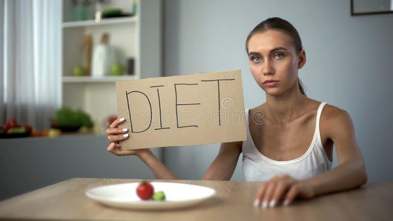 Mot de régime écrit par la fille anorexique déprimée, corps affamé, trouble de la nutrition images libres de droits