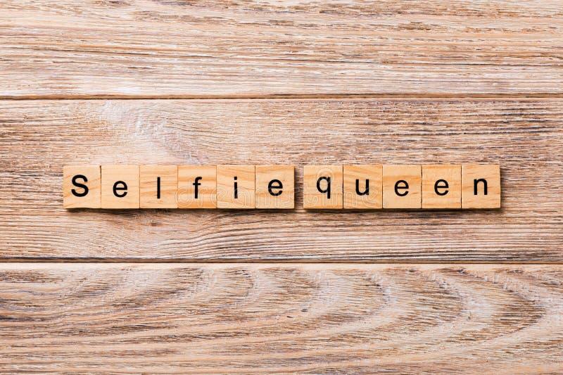 Mot de reine de Selfie écrit sur le bloc en bois Texte de reine de Selfie sur la table en bois pour votre desing, concept photos stock
