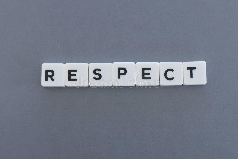 Mot de respect fait en mot carré de lettre sur le fond gris photos libres de droits