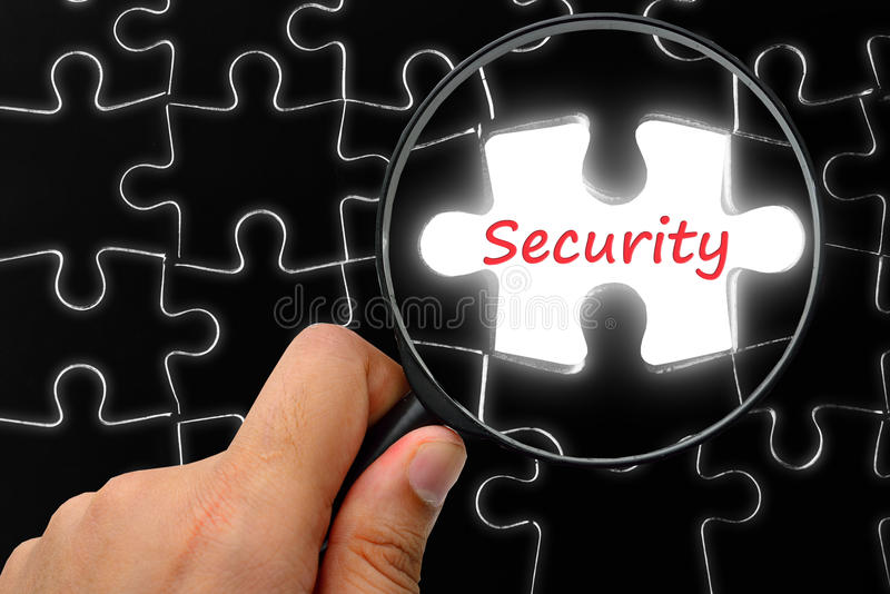 Mot de sécurité Loupe et puzzles photos stock