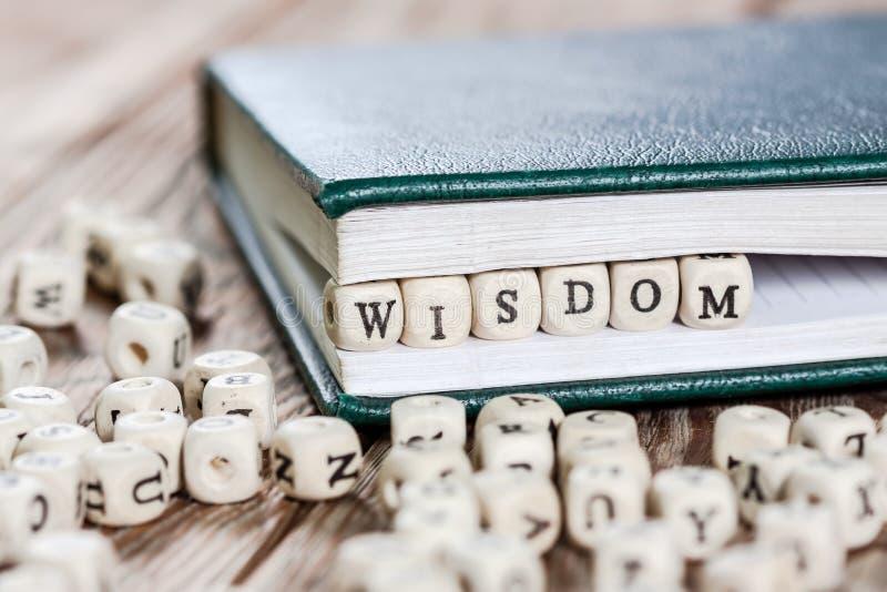 Mot de sagesse écrit sur un bloc en bois photographie stock libre de droits