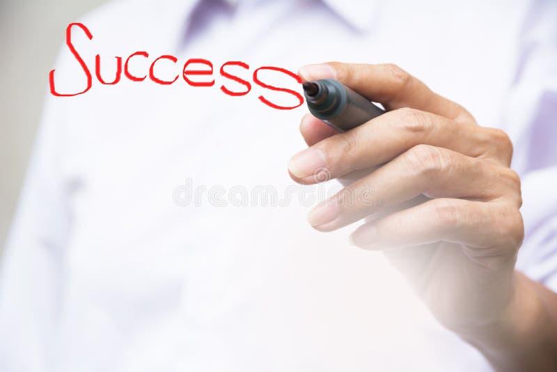 mot de succès d'écriture d'homme d'affaires avec le stylo rouge de conseil blanc sur le whi photographie stock