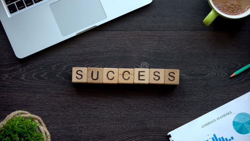Mot de succès fait de cubes sur la table, l'accomplissement de buts et la croissance de carrière photos stock