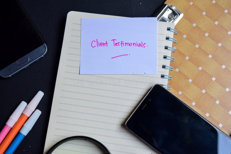 Mot de témoignages de client écrit sur le papier les témoignages de client textotent sur le cahier, concept d'affaires de technol image stock
