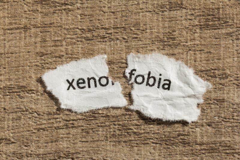 Mot de xénophobie écrit par papier, portugais et espagnol déchiré pour le xe photo libre de droits