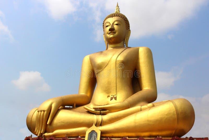 mot den blåa buddha guld- skystatyn arkivbild