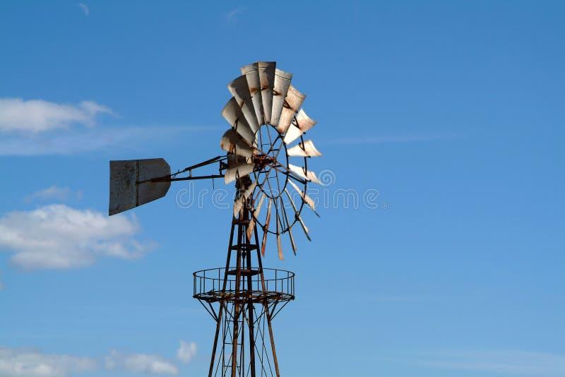 mot den blåa gammala skywindmillen royaltyfria bilder