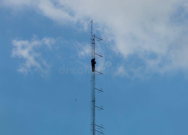 mot den blåa kommunikationsskyen för antenner royaltyfria foton
