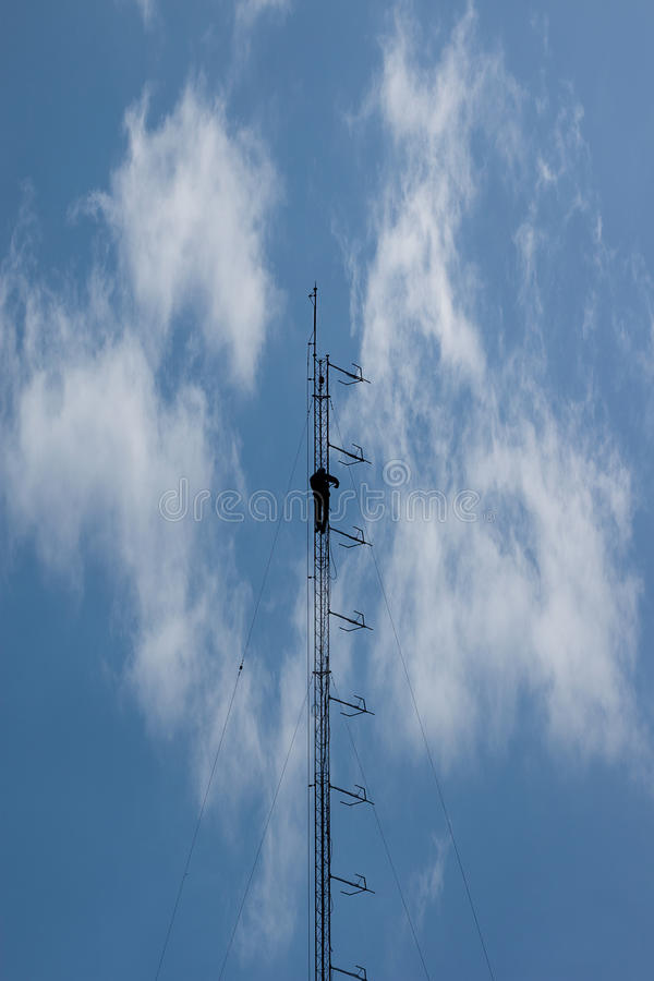 mot den blåa kommunikationsskyen för antenner royaltyfri bild