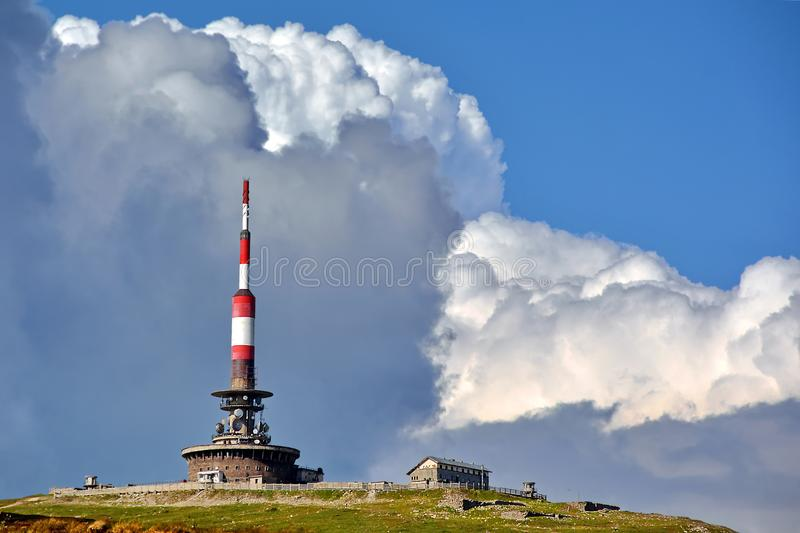 mot den blåa kommunikationsskyen för antenner fotografering för bildbyråer