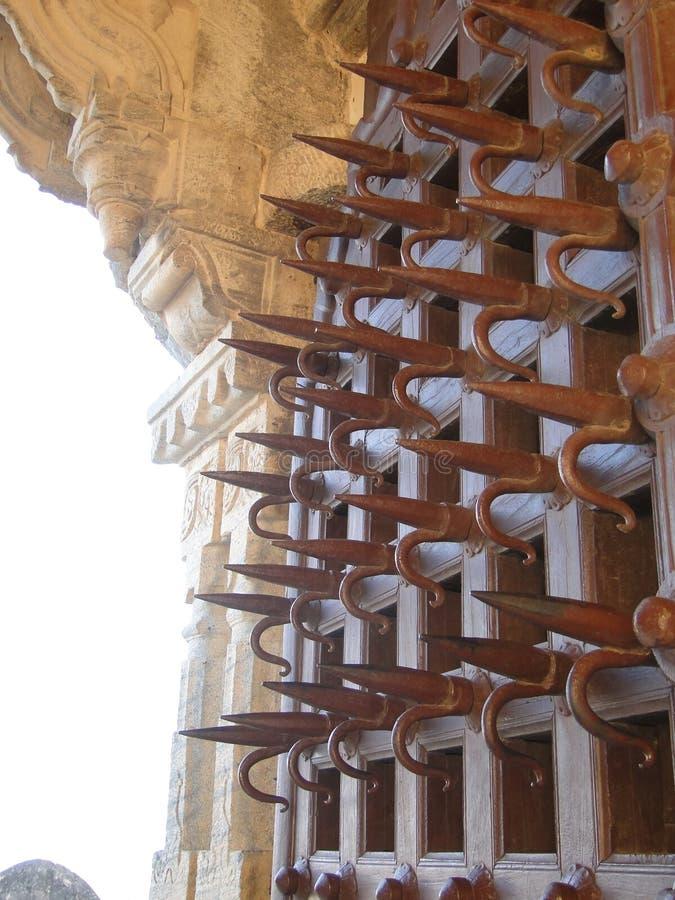 mot den broddade porten för ankhförsvarelefanter kriga royaltyfri bild