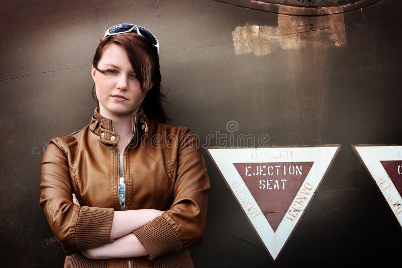 mot den disused flickan för flygplan som lutar gammalt tonårs- fotografering för bildbyråer