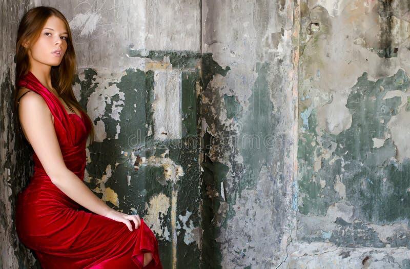mot den gammala väggen för klänningaftonflicka royaltyfria foton
