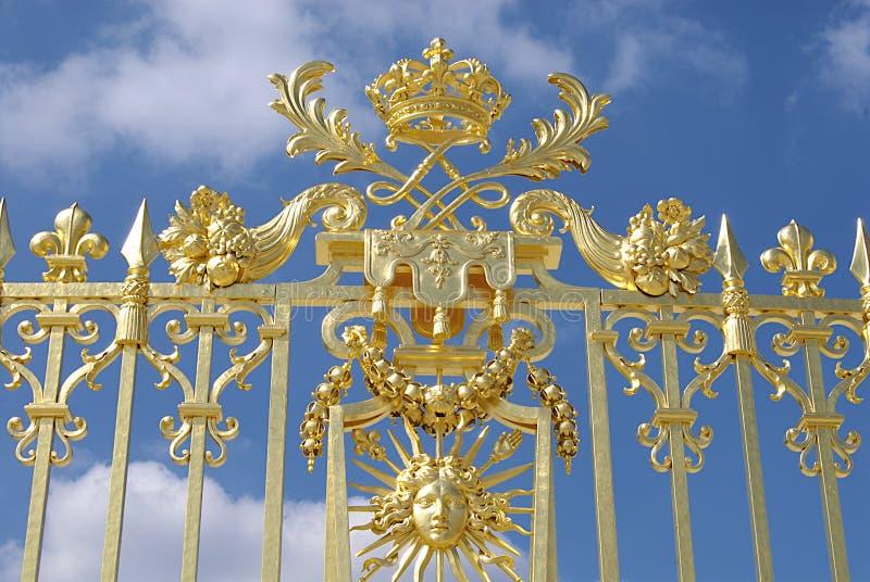 mot den guld- skyen för blå port arkivbild