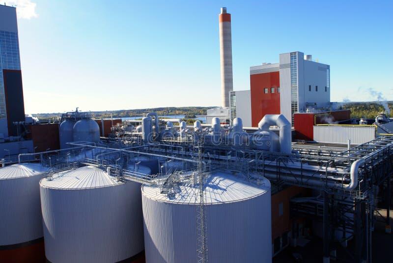 mot den industriella moderna skyen för blå fabrik arkivbild
