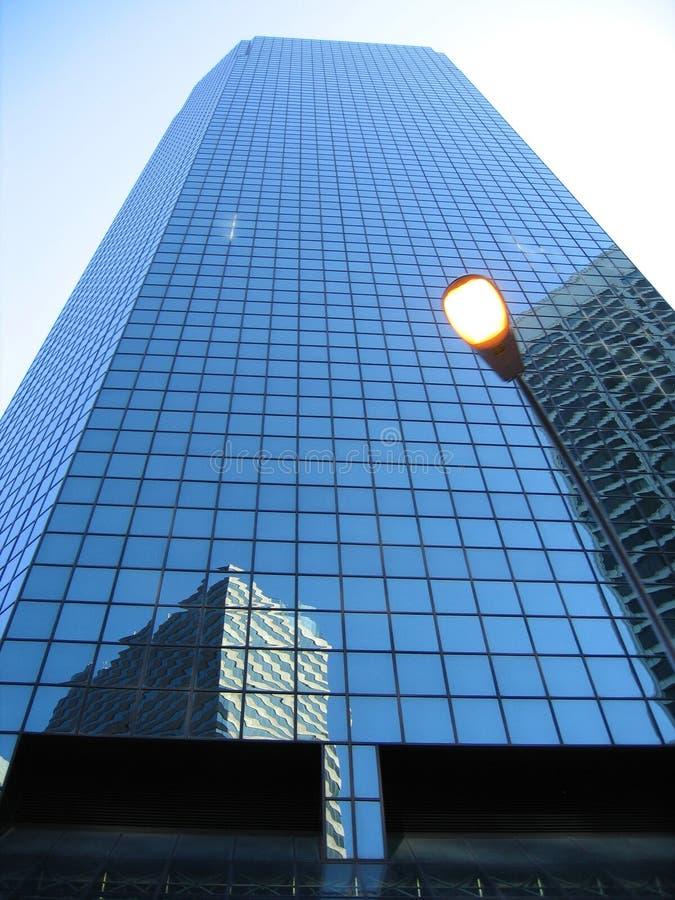 mot den moderna kontorsskyen för blå byggnad fotografering för bildbyråer