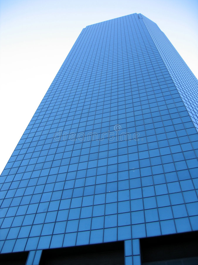 mot den moderna kontorsskyen för blå byggnad royaltyfria bilder