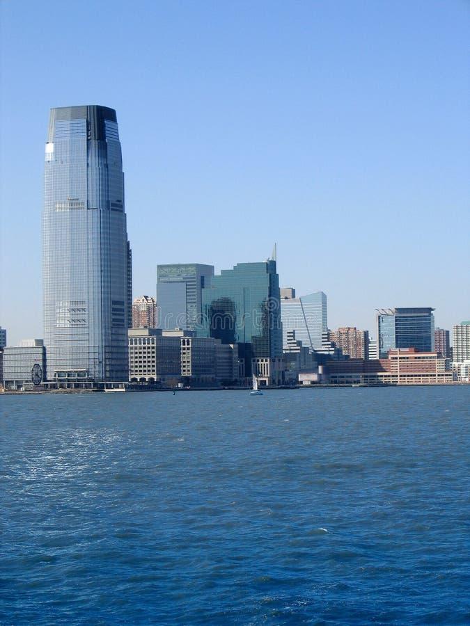 mot den moderna kontorsskyen för blå byggnad royaltyfri foto