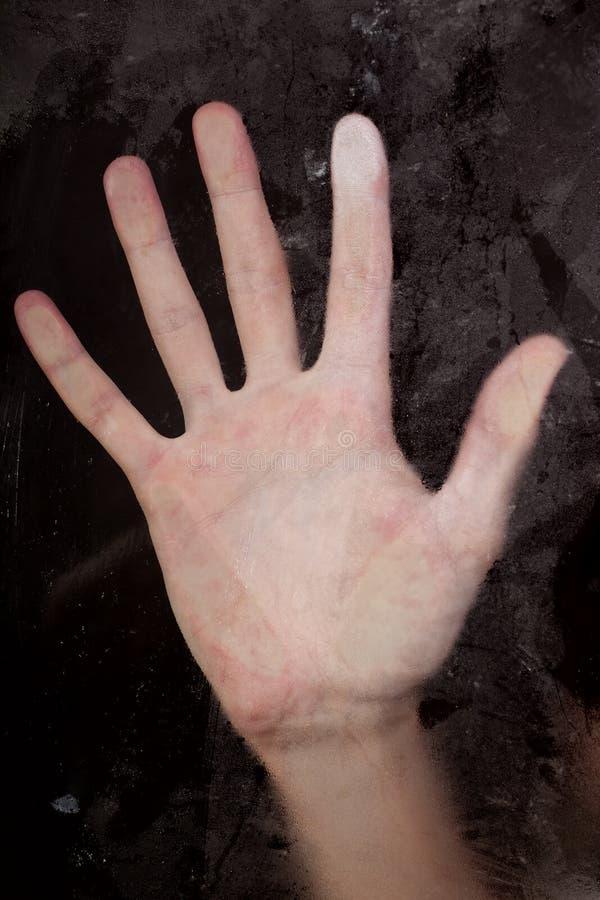 mot den pressande glass handen arkivbilder