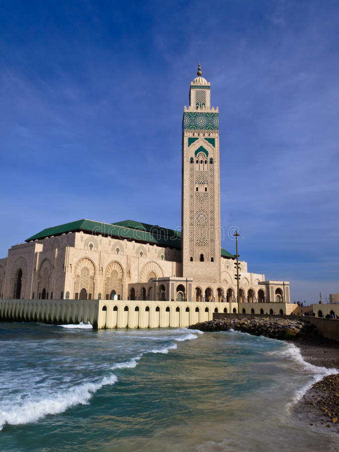 mot den utsmyckade skyen för blå hassan ii moské royaltyfri fotografi