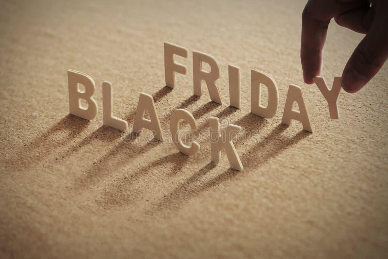 Mot en bois de BLACK FRIDAY sur le conseil comprimé photos stock