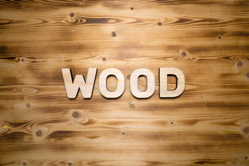 Mot EN BOIS fait avec les blocs constitutifs sur le conseil en bois image libre de droits