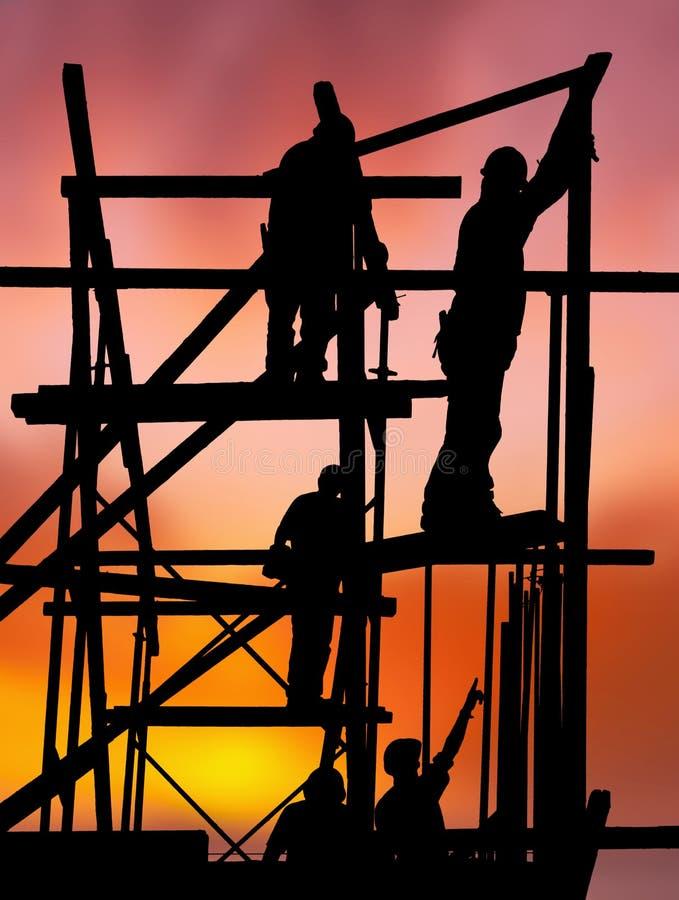 mot färgrika konstruktionssolnedgångarbetare royaltyfri bild