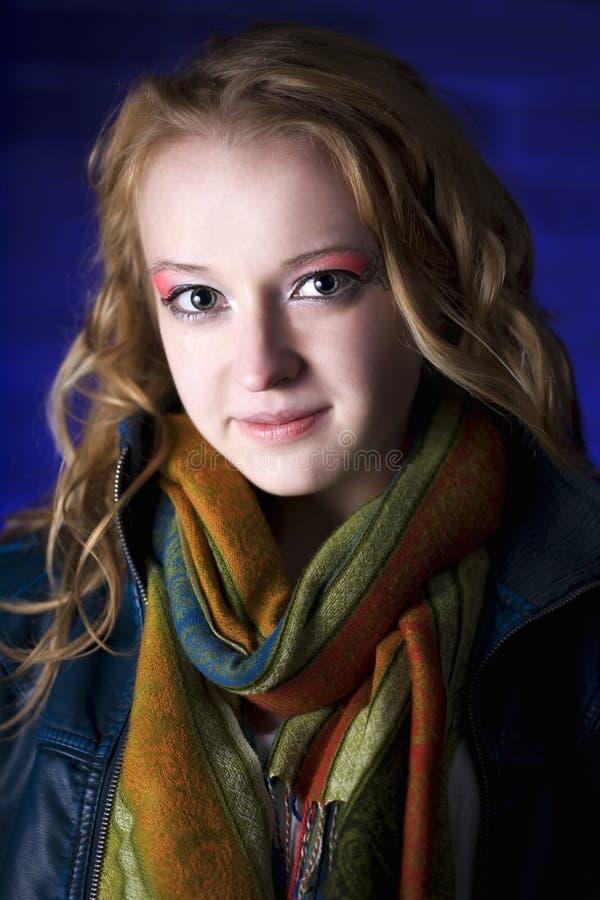 mot för flickastående för bakgrund blå tonåring fotografering för bildbyråer
