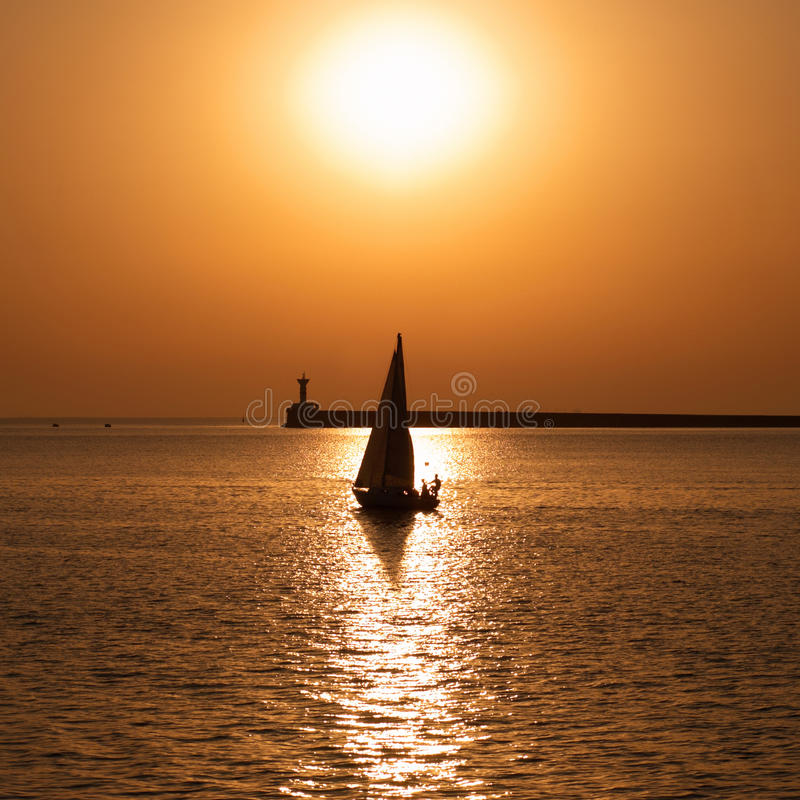 mot fartyget segla solnedgången royaltyfria bilder