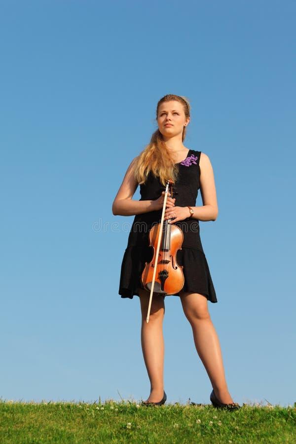 mot flickagräs plattforer skyen fiolen fotografering för bildbyråer