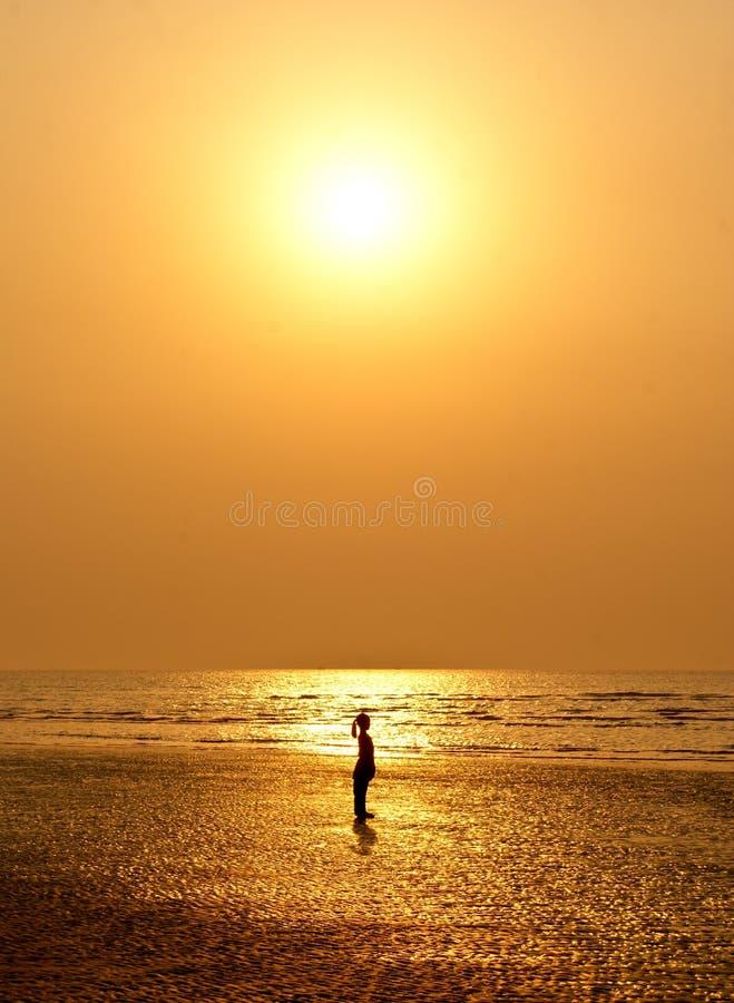 mot flickaset silhouetted liten sun royaltyfria foton