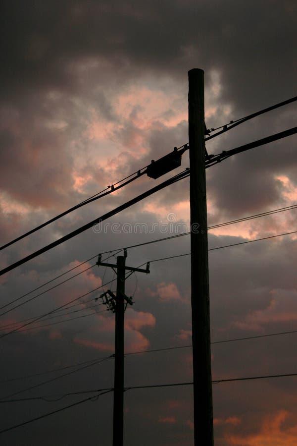 mot molniga linjer strömsky arkivfoto