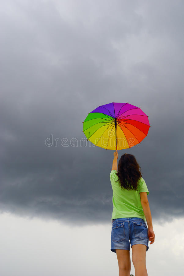 mot multicolor regnparaplykvinna royaltyfri bild