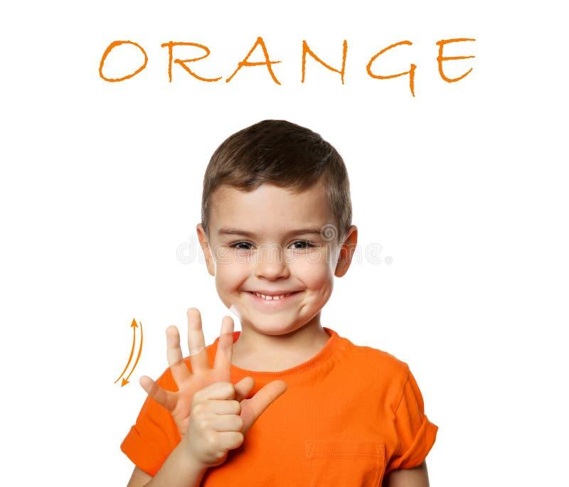 Mot ORANGE d'apparence de petit garçon sur le blanc Langue des signes photos libres de droits