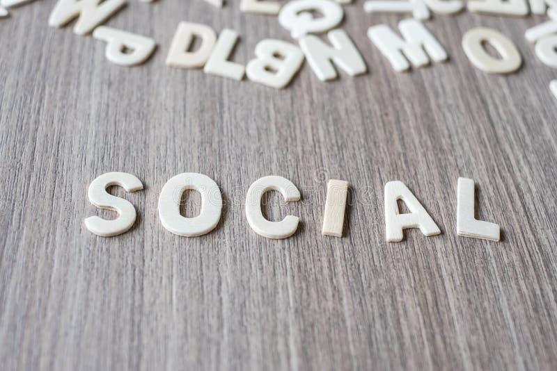 Mot SOCIAL des lettres en bois d'alphabet Affaires et idée photo stock