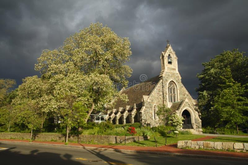 mot stormigt sunlit för kyrklig sky arkivfoto