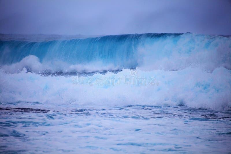 mot svallvågar för bränning för oahu kuststorm arkivbilder